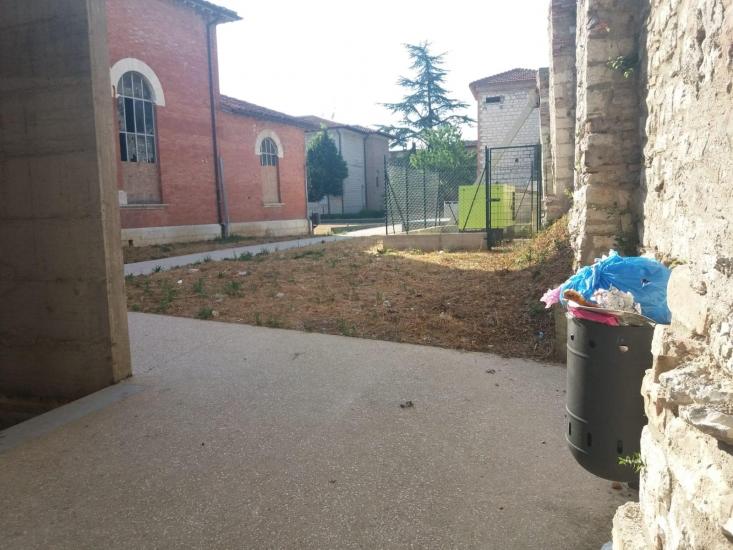 Storica Palestra di San Pietro con cestini traboccanti, vetri rotti e cartacce. Per il Centro Multifunzionale investimento di 350mila euro
