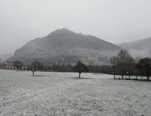 Gubbio imbiancata dalla nevicata. Intervento di Vigili del Fuoco e Carabinieri Forestale a Madonna della Cima