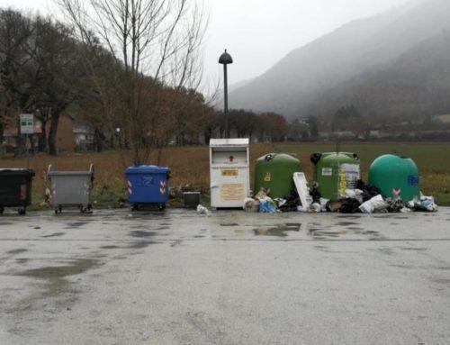 Nuovi accumuli di rifiuti nei cassonetti di Mocaiana. C'è una vecchia televisione e sacchetti sparsi a terra