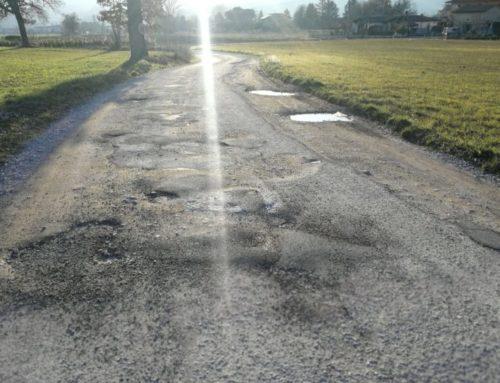"""Buche lungo via Placido Rizzotto a Ferratelle. I cittadini: """"Chiediamo la manutenzione del manto stradale"""""""