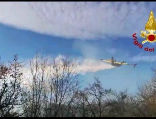 Vigili del Fuoco di Gubbio, spento l'incendio bosco a Sioli. Sono intervenuti due canadair