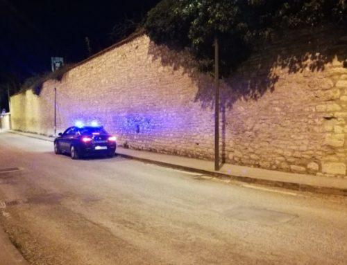 Incidente in via Tifernate, un'automobile finisce contro un lampione. Sul posto i Carabinieri
