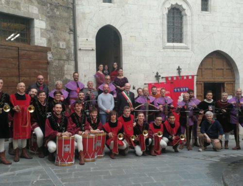Società Balestrieri di Gubbio. Inaugurata la targa commemorativa sulla facciata di Palazzo del Bargello