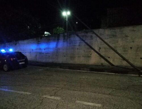 Nella notte incidente in Via Tifernate, un'automobile finisce contro un lampione. Sul posto i Carabinieri