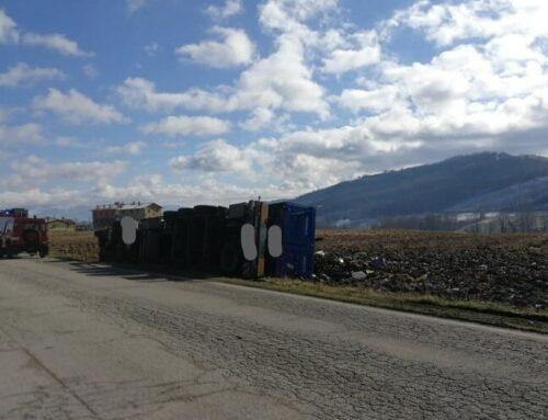 Incidente lungo la Strada di Padule e Ponte d'Assi. Un camion si è ribaltato a bordo strada