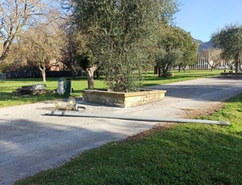 Ignoti bivaccano al Parco della Vittorina: divelto un lampione. Sull'accaduto indaga la Polizia Locale