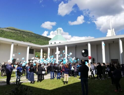 """A Gubbio i funerali di Samuel. Il Vescovo: """"E' il giorno delle lacrime"""". Grande partecipazione popolare"""